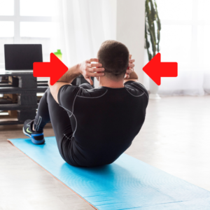 做sit-up時,雙手輕輕放在頭部兩側就可,切勿緊抱頭部借力